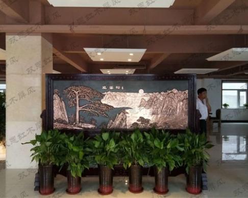 天津2.96米×2.03米迎客松、九龙壁红木紫铜浮雕屏风