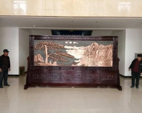 河北占兴索具集团4.2米×2.38米迎客松、万里长城紫铜浮雕屏风