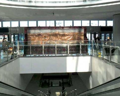 哈尔滨市公路客运总站大厅摆放的5.8x2.6米迎客松,万里长城屏风