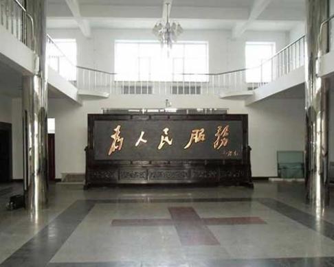 黑龙江伊春市嘉荫县政府摆放的5.8x2.6米为人民服务、万里长城红木屏风