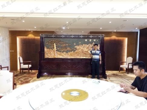陕西省渭南市财富大厦红木屏风3.6米×2.31米迎客松、万里长城