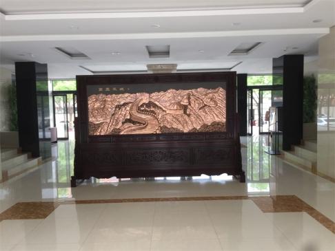 河北行政学院3.6米2.31米迎客松、万里长城红木紫铜浮雕屏风