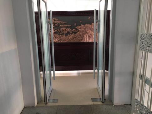 内蒙古玛拉沁医院2.39米1.88米迎客松、泰山红木紫铜浮雕屏风
