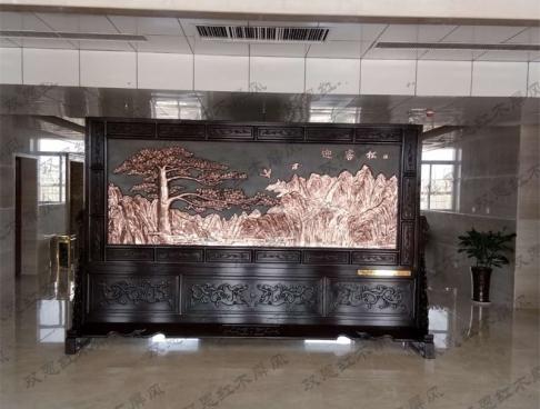 国投冶金定制3.6米×2.31米迎客松、祖国颂紫铜浮雕红木屏风