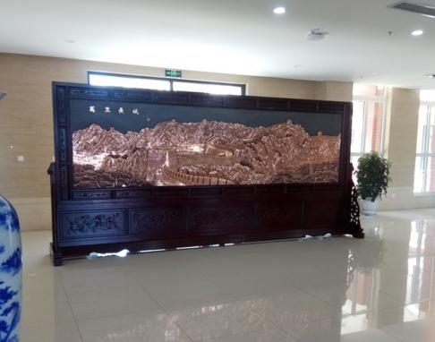 山东齐鲁医药学院5.2米×2.38米万里长城、富贵图紫铜浮雕红木屏风