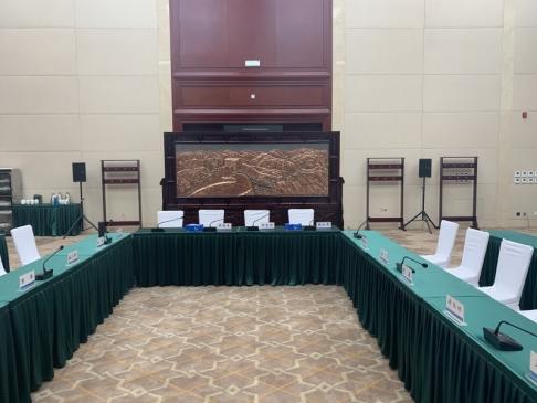 北京某单位会议室3.86米×2.38米万里长城、迎客松紫铜浮雕红木屏风