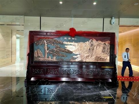 河南郑州市某单位4.2米×2.38米迎客松红木紫铜浮雕屏风